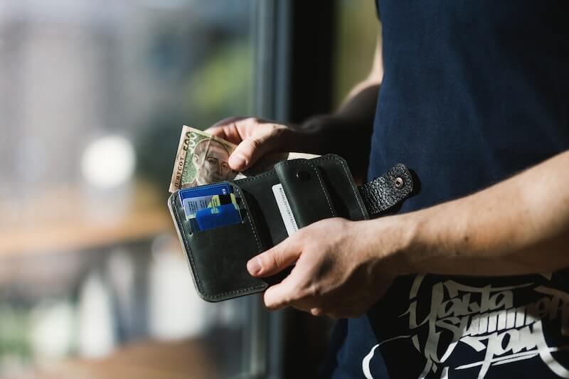 財布からお金をだす人
