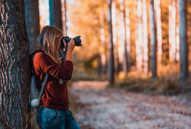カメラを撮る女性