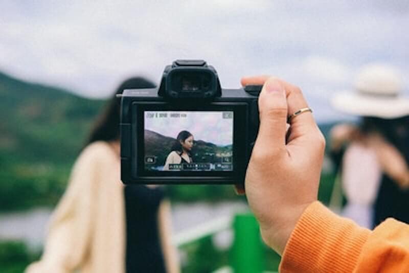 記念撮影するカメラ