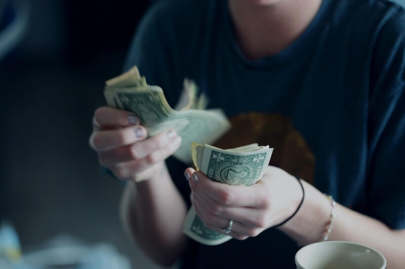 お金を数える人