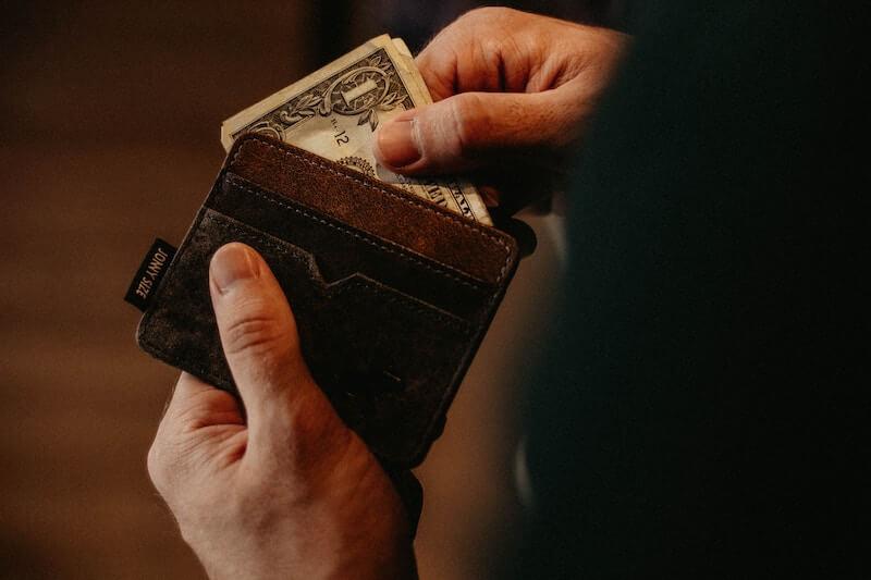 財布からお金をだす