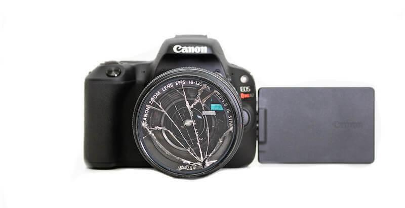 レンズが割れたカメラ
