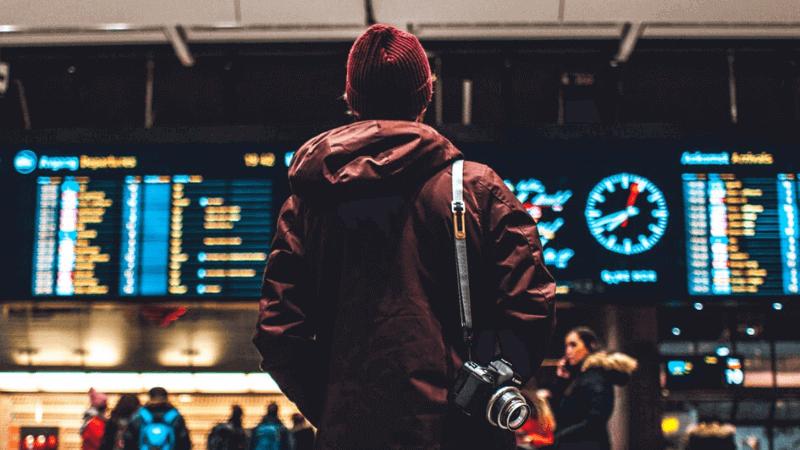 空港でカメラを持つ人